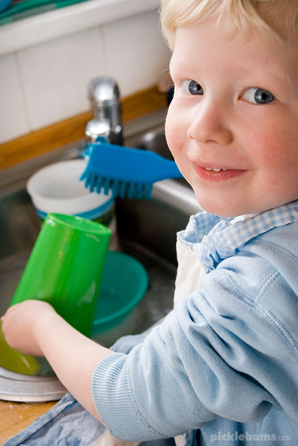 Easy sensory play idea - toddler washes dishes