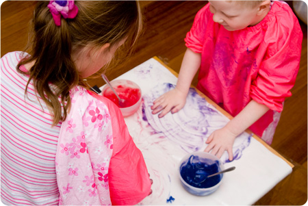 We Play – Finger Painting