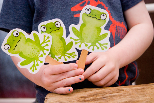 Activities for preschool children: Kids songs, five green and speckled frogs