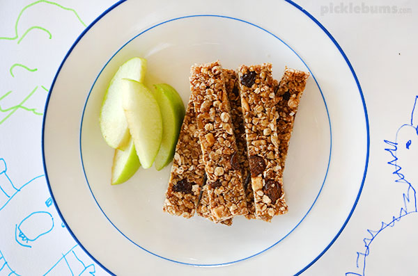 Apple and cinnamon muesli sticks with sweet yoghurt dip - the perfect after school snack!