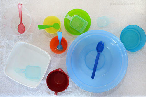Easy Water Play Ideas - mixing and scooping with bowls and spoons